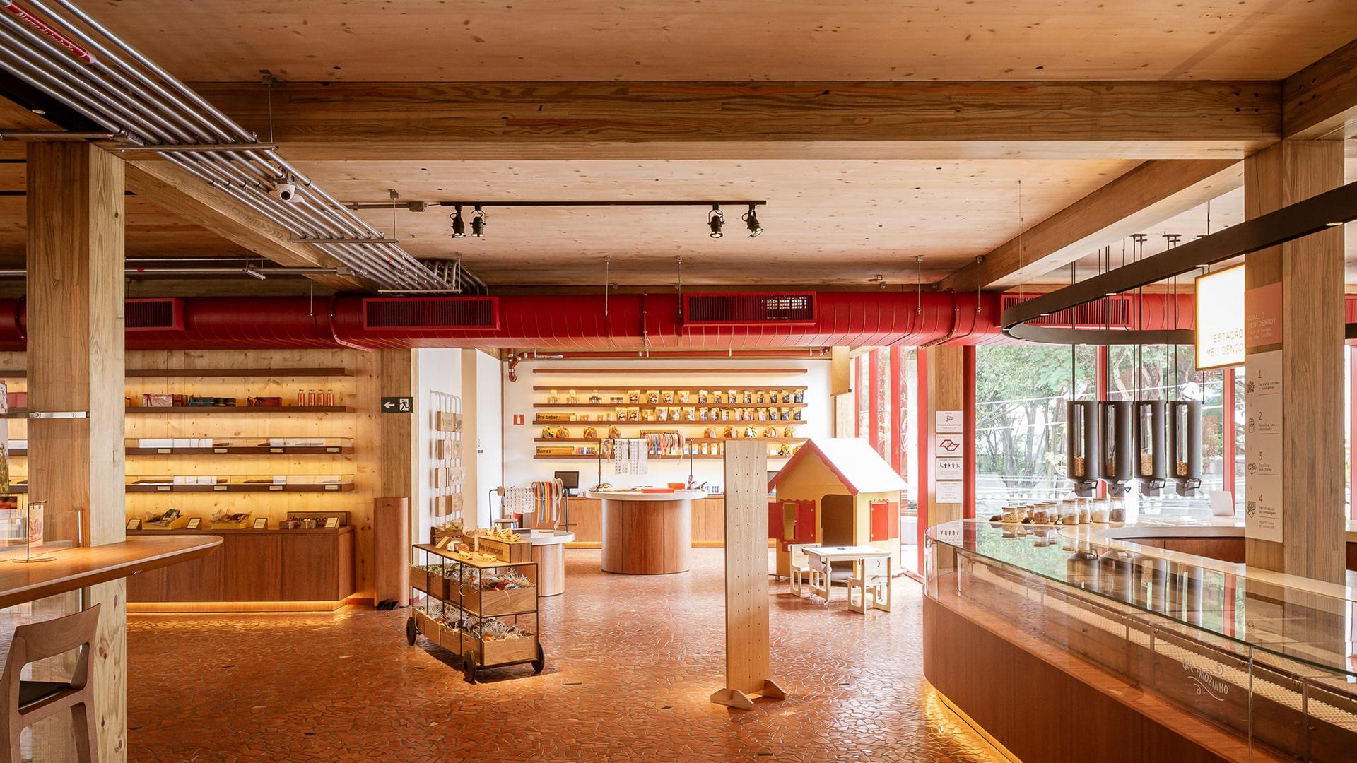 Um dos espaços da loja Dengo Chocolates, construída com madeira CLT